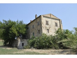 PRESTIGIOUS PALAZZO NOBILIARE IN THE COUNTRYSIDE FOR SALE IN FERMO SURROUNDING THE WONDERFUL 1800 IN PANORAMIC POSITION in the Marche region in Italy